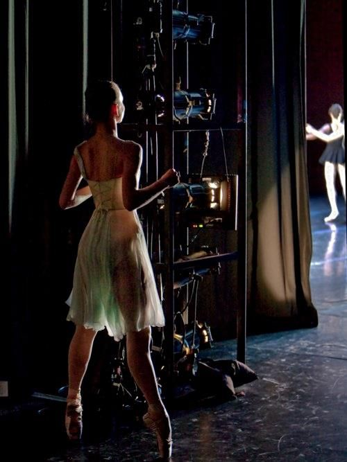 danser følger med på tå hev fra sidescenen